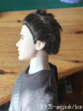 Emmett ešte s vlasmi