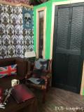 Hotová obývačka - záber na dvere